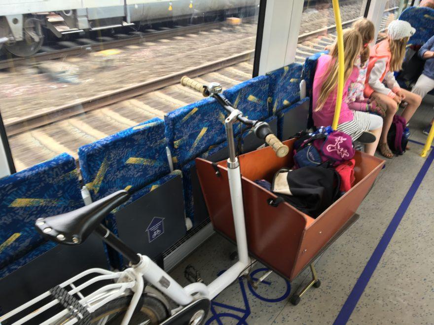 Zug fahren mit Lastenrad